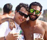 Unos amigos se muestran contentos en una despedida en la playa
