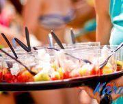 surtido de frutas en la playa