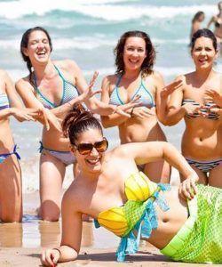 grupo de amigas lo pasa en grande en la playa de Alicante