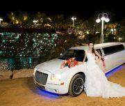 Novia posa con la limusina blanca
