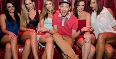 un tipo rodeado de chicas en un club